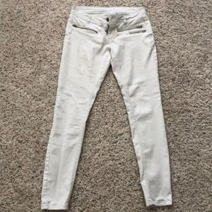 Ivory Delia's jeans with zippers.